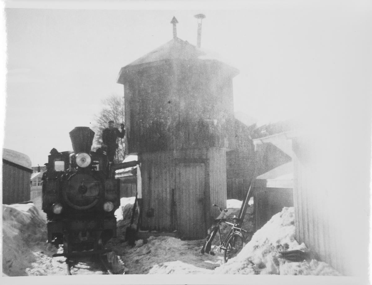 Lok 7 Prydz tar vann fra vanntårnet på Sørumsand.