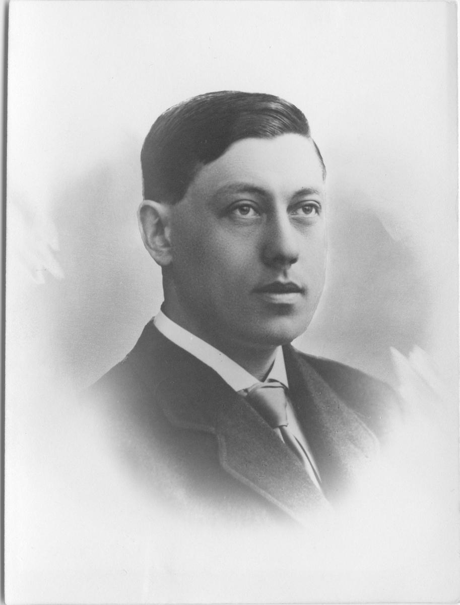 Portrett av direksjonens formann Svend Holmsen