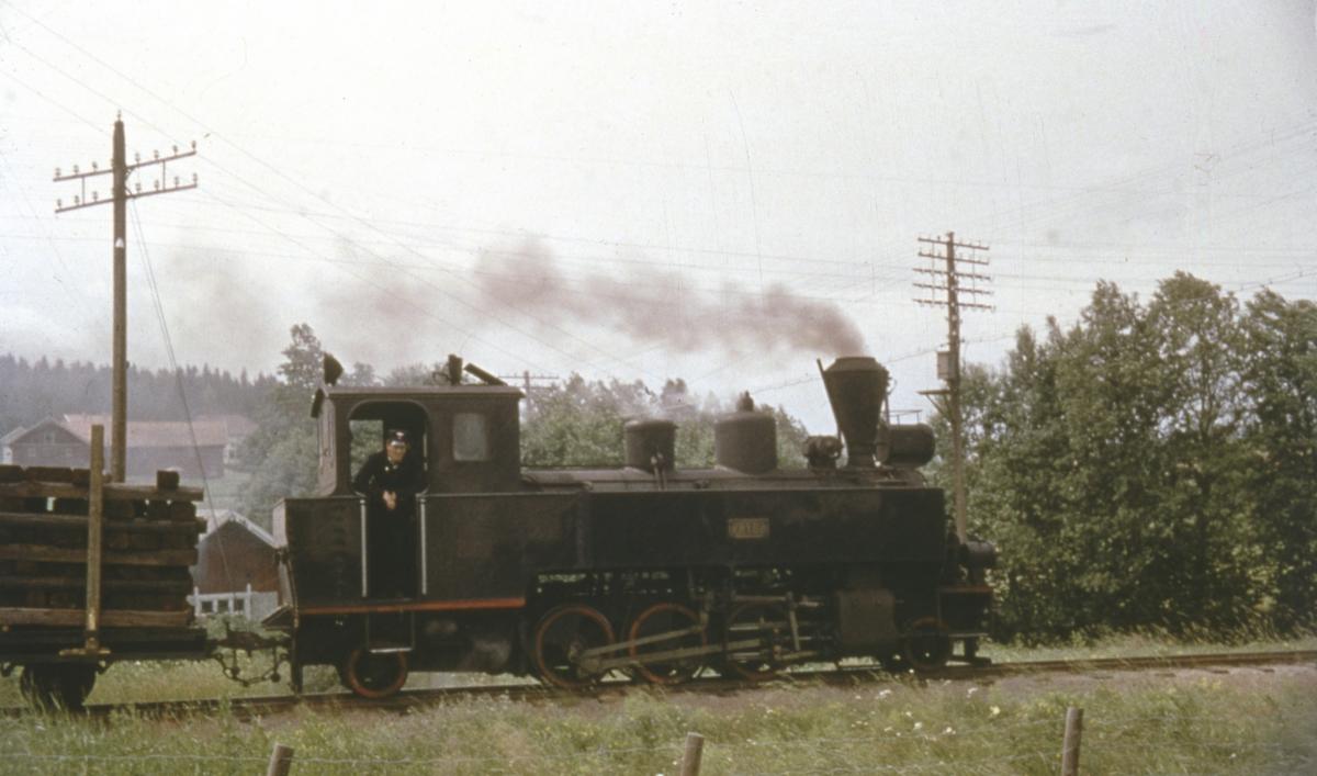 Tog 2058 til Sørumsand står klart til avgang fra Hemnes for siste gang.