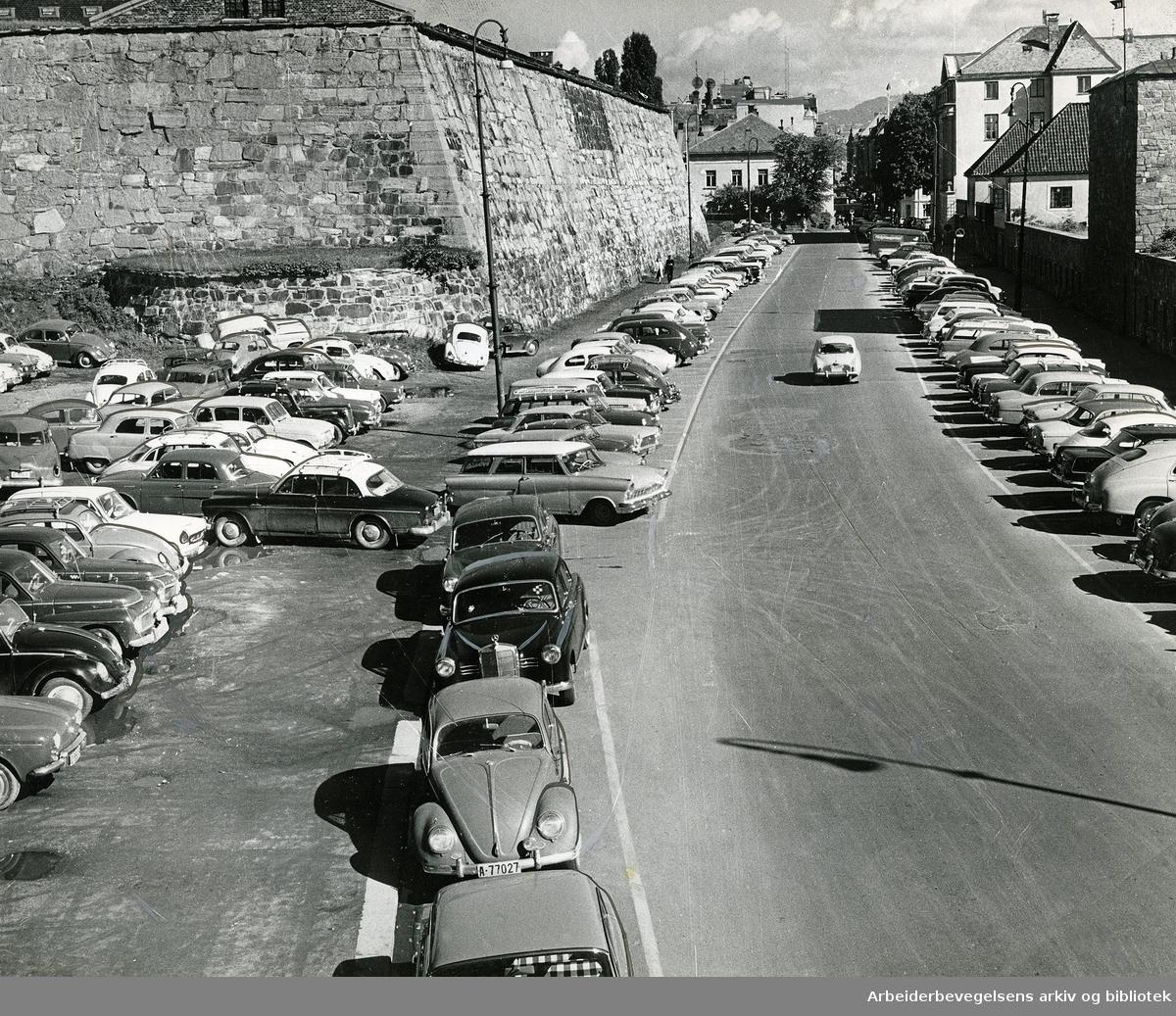 Parkering utenfor Akershus festning (nederst i Kongens gate),.august 1963