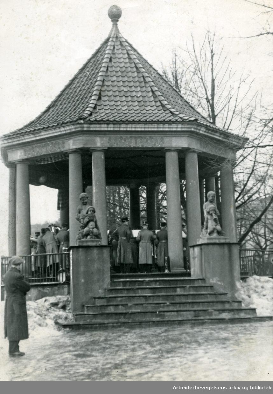 Stabsmusikken i musikkpaviljongen på Karl Johan,.1930-tallet