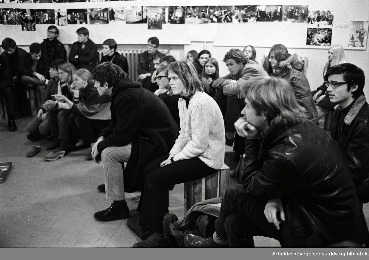 """Ungdomsaksjonen """"Et sted å være"""" - .om lag 50 ungdommer arbeider på Vaterland skole i påsken,.april 1969"""