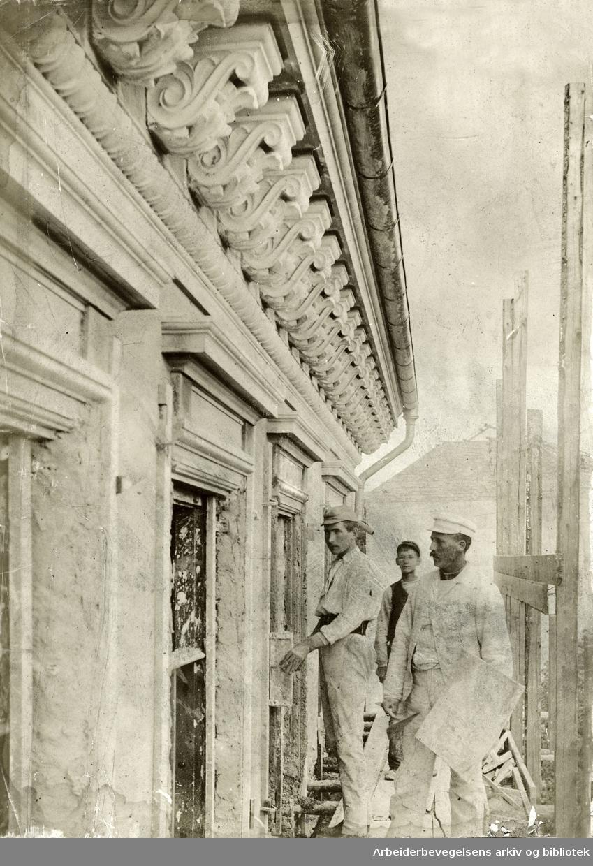 Murere i arbeid, antakelig i Kristiania,.1890-åra