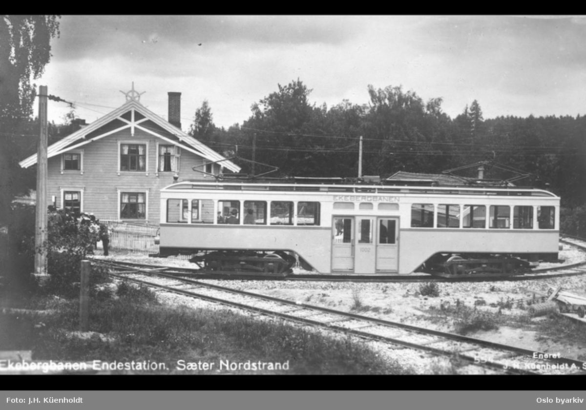 Ekebergbanens trikk foran trebygning i sveitserstil. Postkort. Postkort
