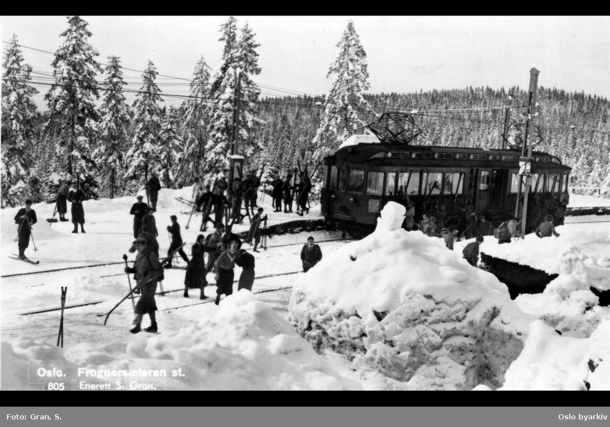 Frognerseteren stasjon på Holmenkollbanen, folk med ski, vinter