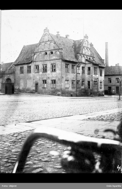 Det gamle Garnisonssykehuset i Rådhusgata ved Christiania Torv. Nedre Slottsgate bak til høyre.