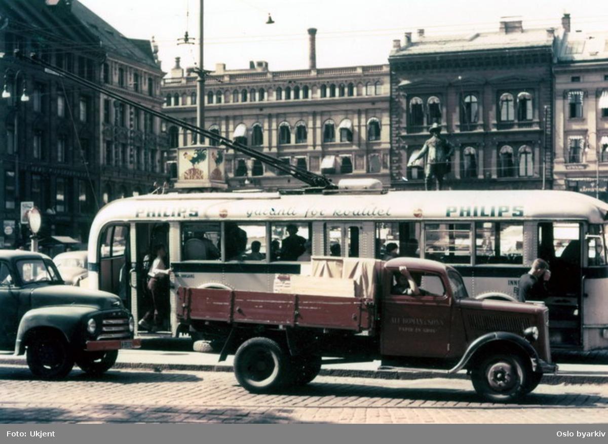 Oslo Sporveier. Trolleybuss, A-15751, linje 18 eller 24 ved stoppestedet på Stortorvet. Lastebiler.