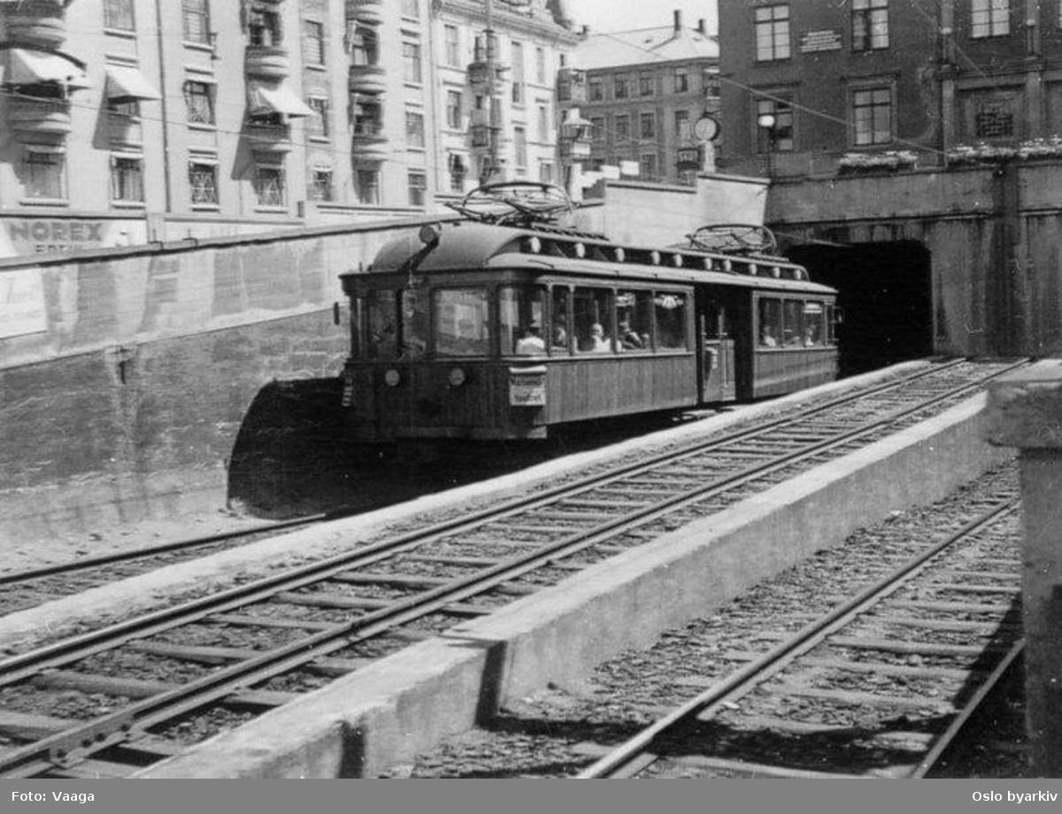 Holmenkollbanen 105-108 typen ut av tunnelen oppgående
