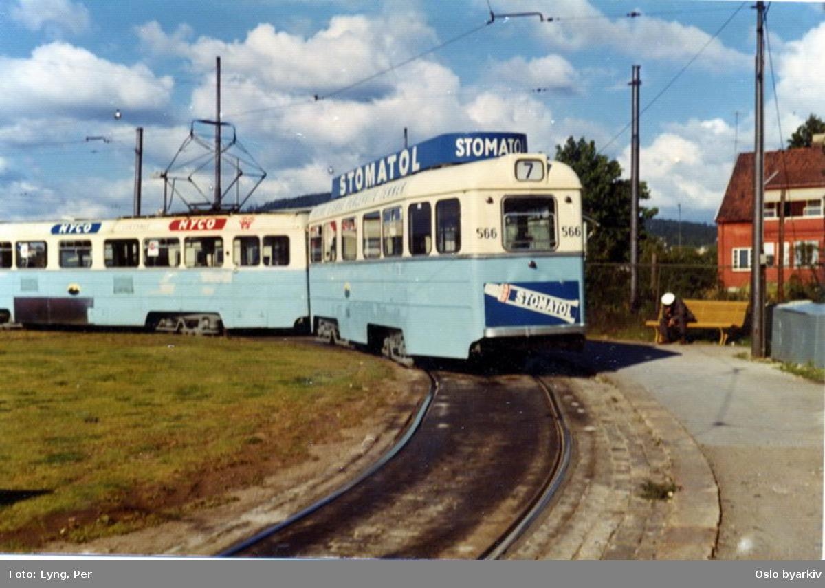 Oslo Sporveier. Sinsentrikken. Trikk tilhenger type TBO nr. 566 linje 7. Konduktør sitter på benk, sandkasse for bremsesand ved den gamle Sinsensløyfa. Den 28. august 1968.