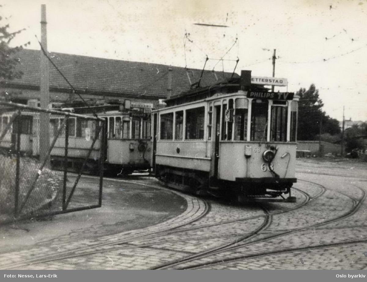 Oslo Sporveier. Trikk motorvogn 68 type SS (fra 1914) trekker utrangerte vogner av type HaWa ut fra sporområdet ved vognhallen på Vålerenga.