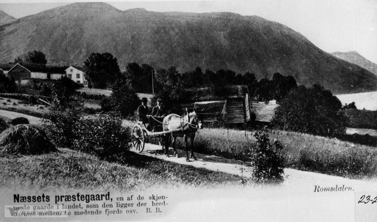 Nesset Prestegard. Vi legg merke til at den gamle løa står. Den nye vart bygd i 1896. Likeså legg vi merke til at vegen går overfor tunet...