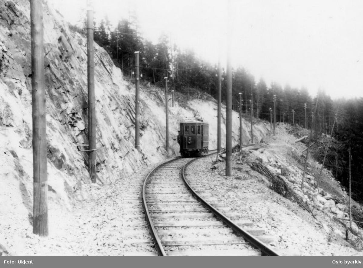 Holmenkollbanen (Majorstuen-Besserud). MAN motorvogn 7 type (fra) 1898 i svingskjæringen på Gråkammen.