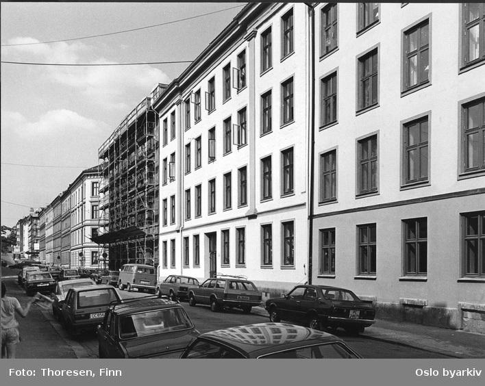 Rehabilitert bygård. Opp-pusset fasade i puss i Steenstrups gate 5 (i midten). Stillaser / opp-pussing i Helgesens gate 5.