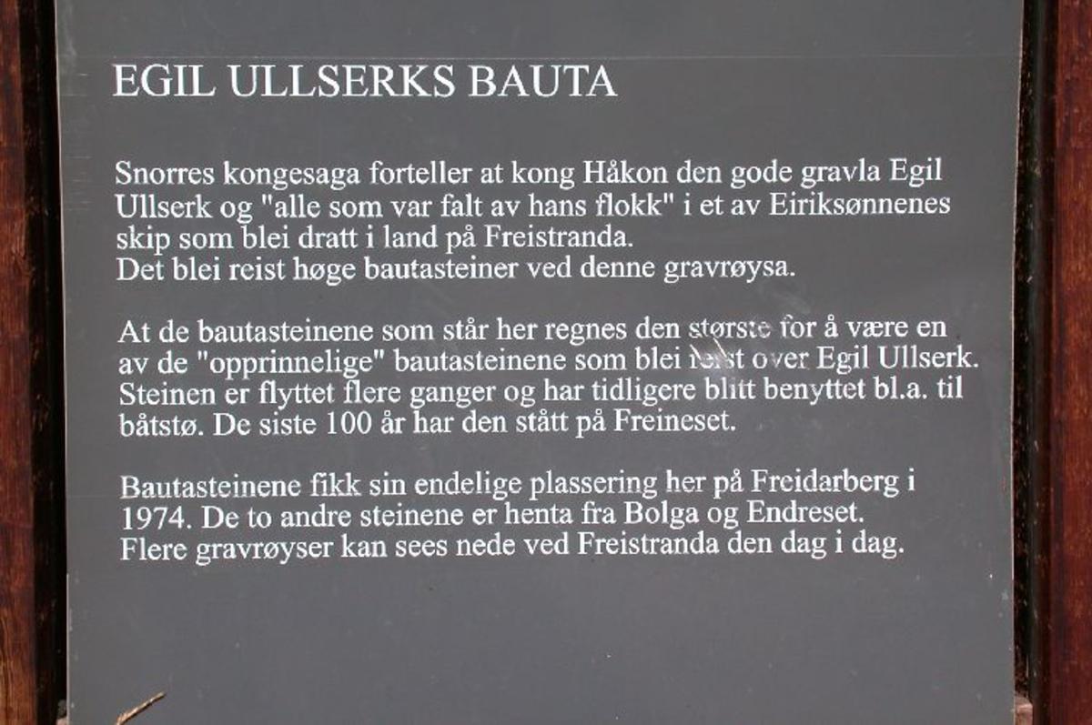 Tre bautasteiner på Freidarberg rett sør for kirka. Rektangulær bronsetavle.