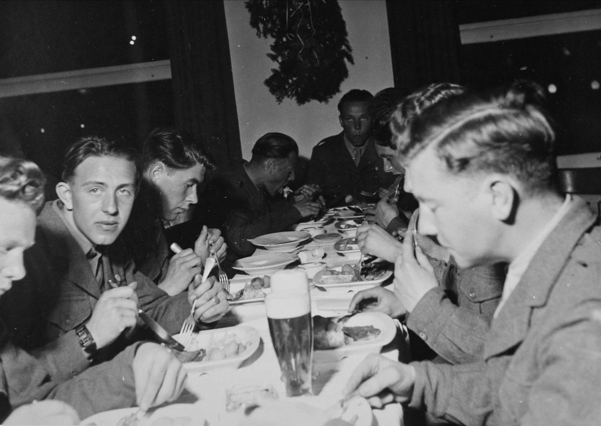 Brigadesoldater spiser middag.