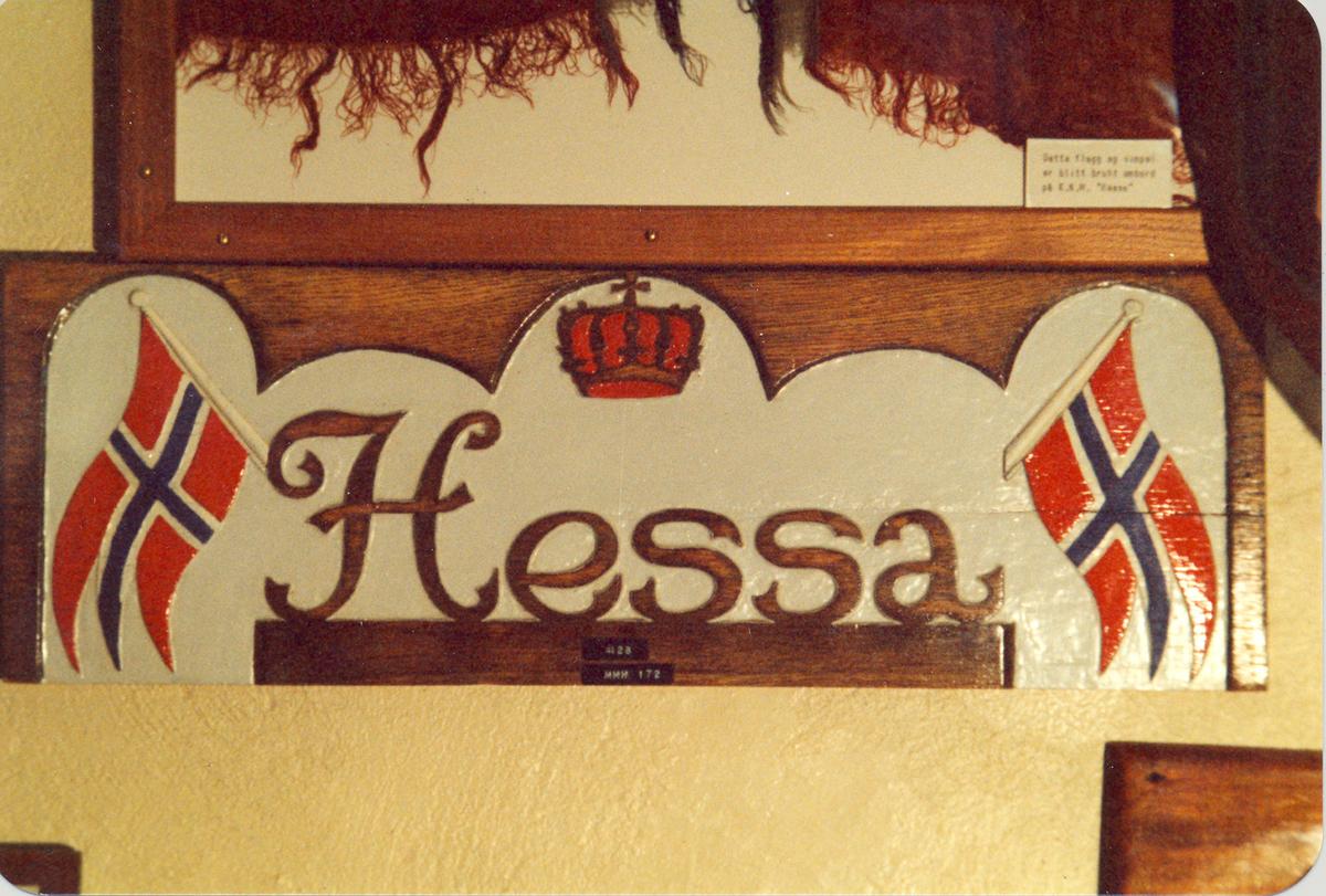 "Navneplate for U-Båt jageren ""Hessa""."
