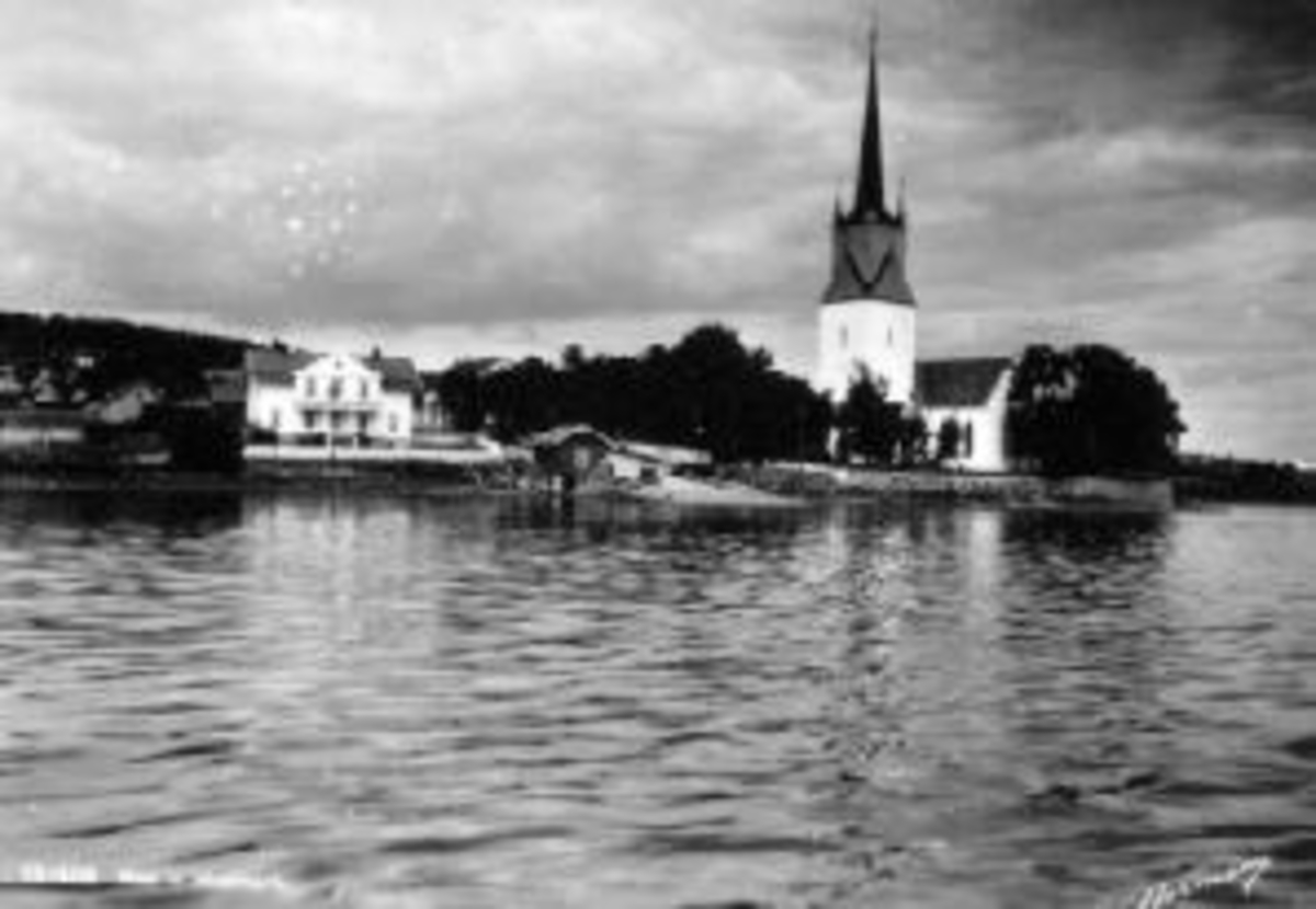 Utsikt mot Tingnes, Nes, Hedmark. Det gamle kommunelokalet, Nes Kirke, Nes Handel, brygge.