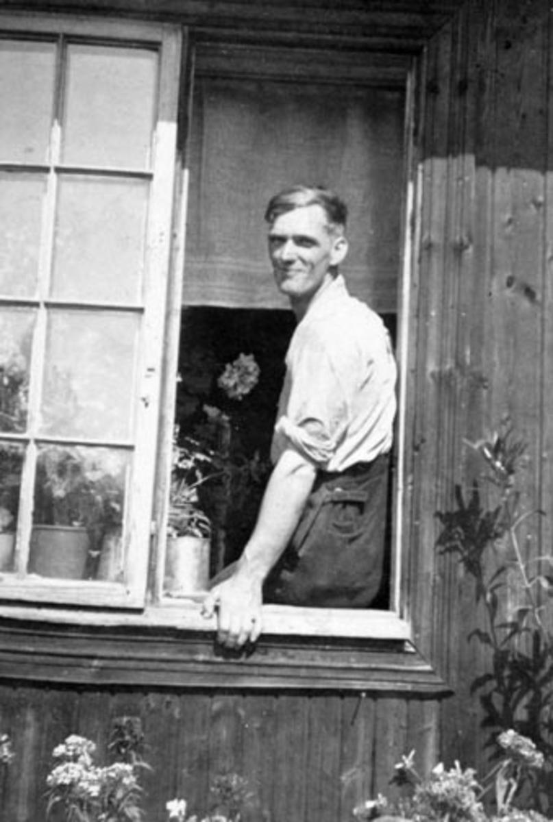 Lars Rødseth i vinduet på husmannsplassen Skredder-Rykop under Skapal, Ringsaker.