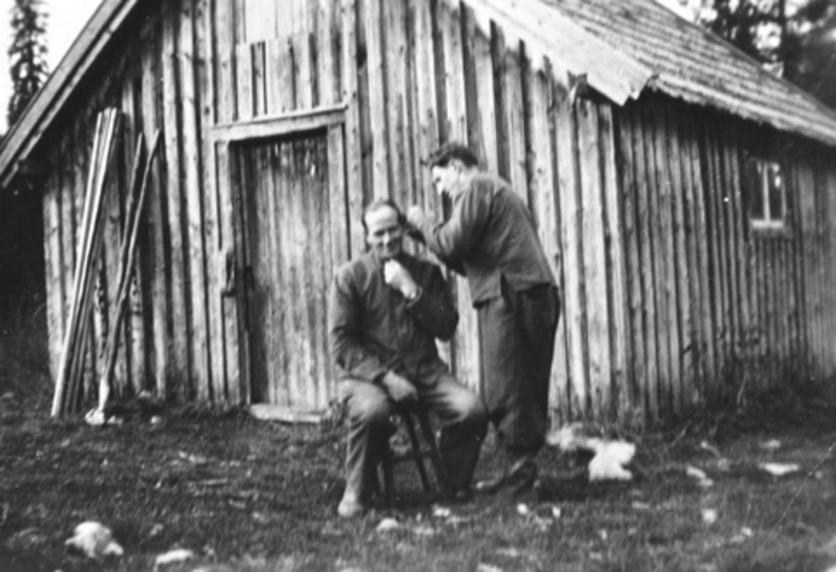 ROTFARBEKKOIA, FURNES ALLMENNING, JOHS ELLEFSÆTER KLIPPER HÅRET TIL KR. BEKKELIEN.