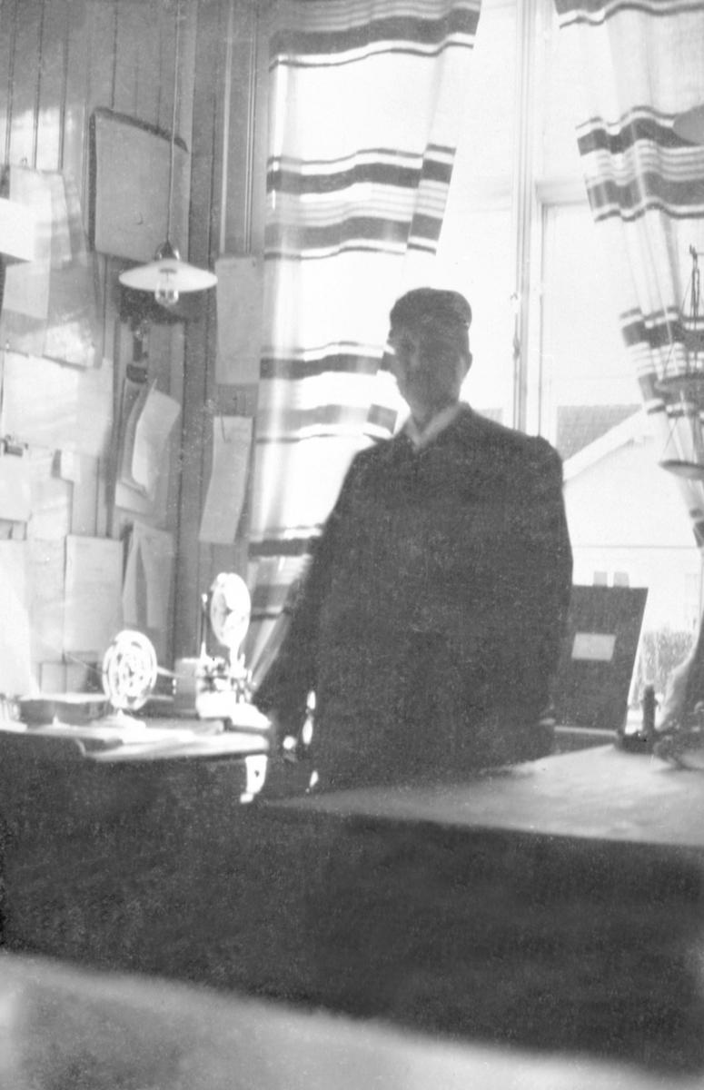 INTERIØR: STASJONSMESTER MARIUS LARSENS KONTOR, HJELLUM JERNBANESTASJON, TELEGRAFEN, BREVVEKT