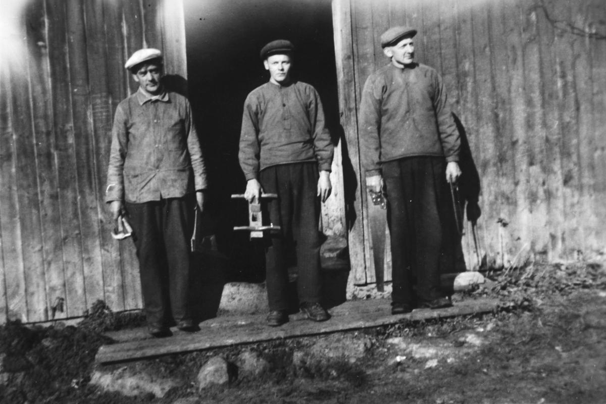 Einar Sandvold, Ivar Jørgensen og Andreas Jørgensen arbeidet med snekring i Lag. Verktøy, hammer, øks, sag, høvel. Bildet er muligens tatt på Liberg.