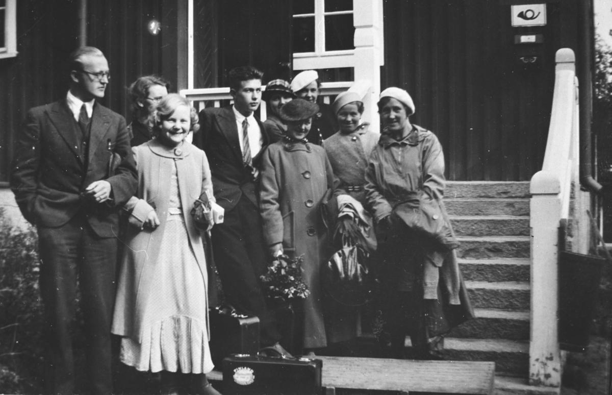 Leif Sundelin og kone. Posthus i bakgrunnen.
