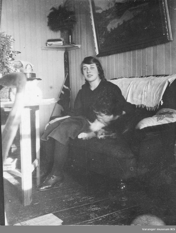 Mildrid Karlsen med hunden i stua.