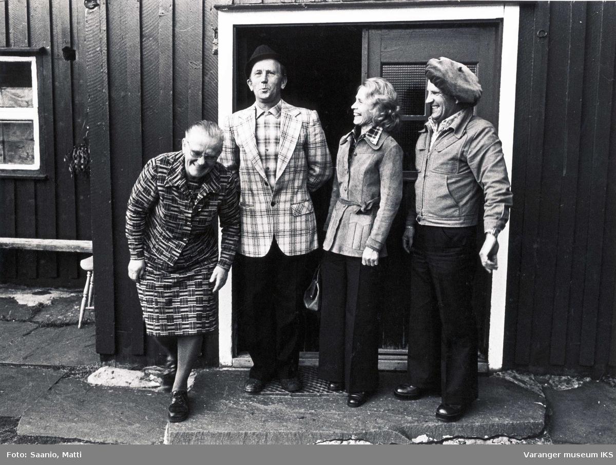 Leende øyeblikk med Ida og Alf Tuomainen med ekteparet Tyyne og Ensio Seppänen utenfor Tuomainengården 1977