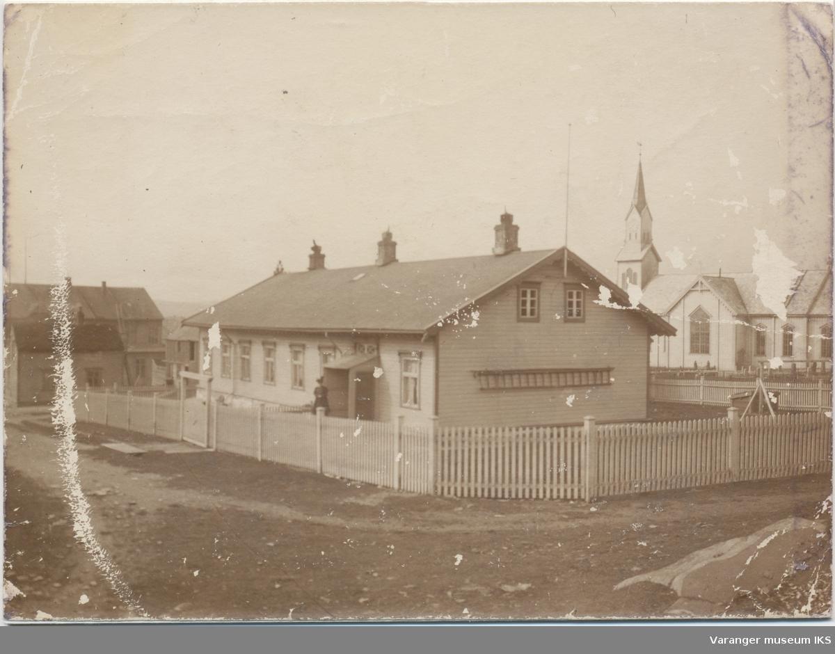 Prestegården, kirken i bakgrunnen