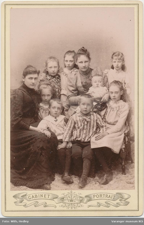 Gruppeportrett, to kvinner og åtte barn, antatt Klerck