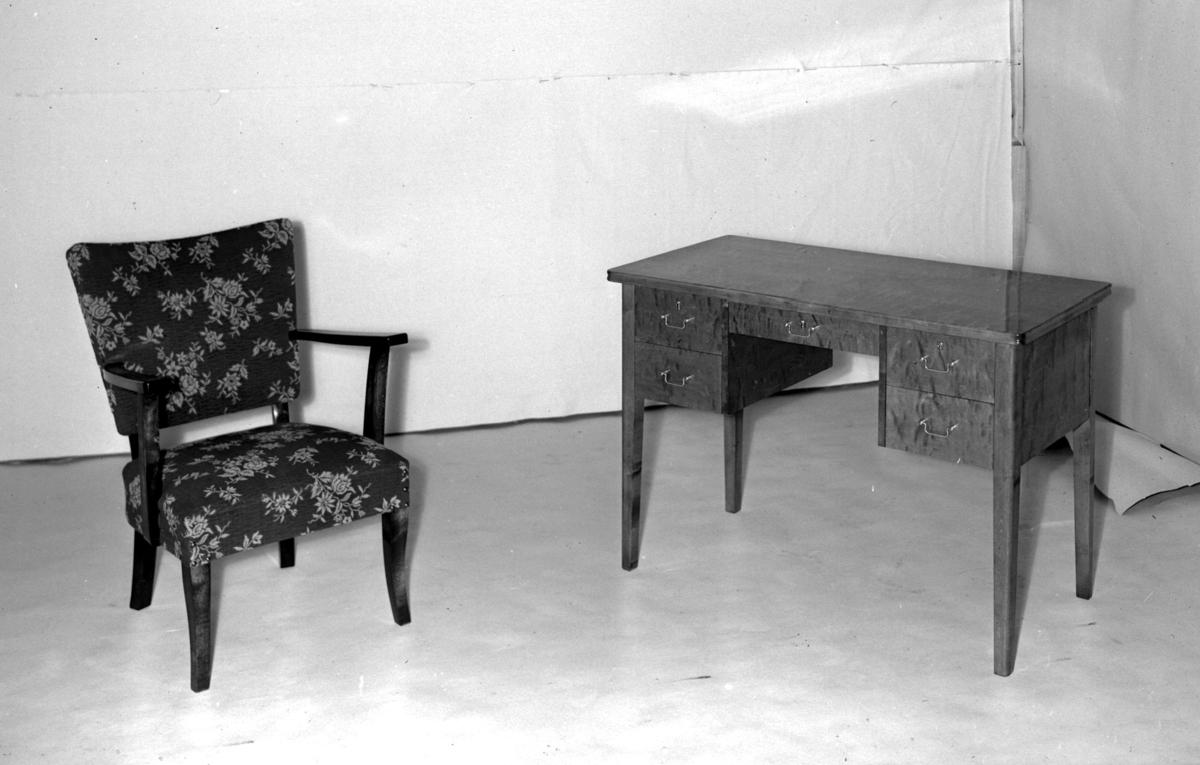Skrivebord og salongstol