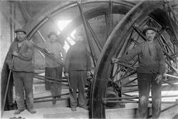 Arbeidere ved heishjul i Wallenberg sjakttårn.