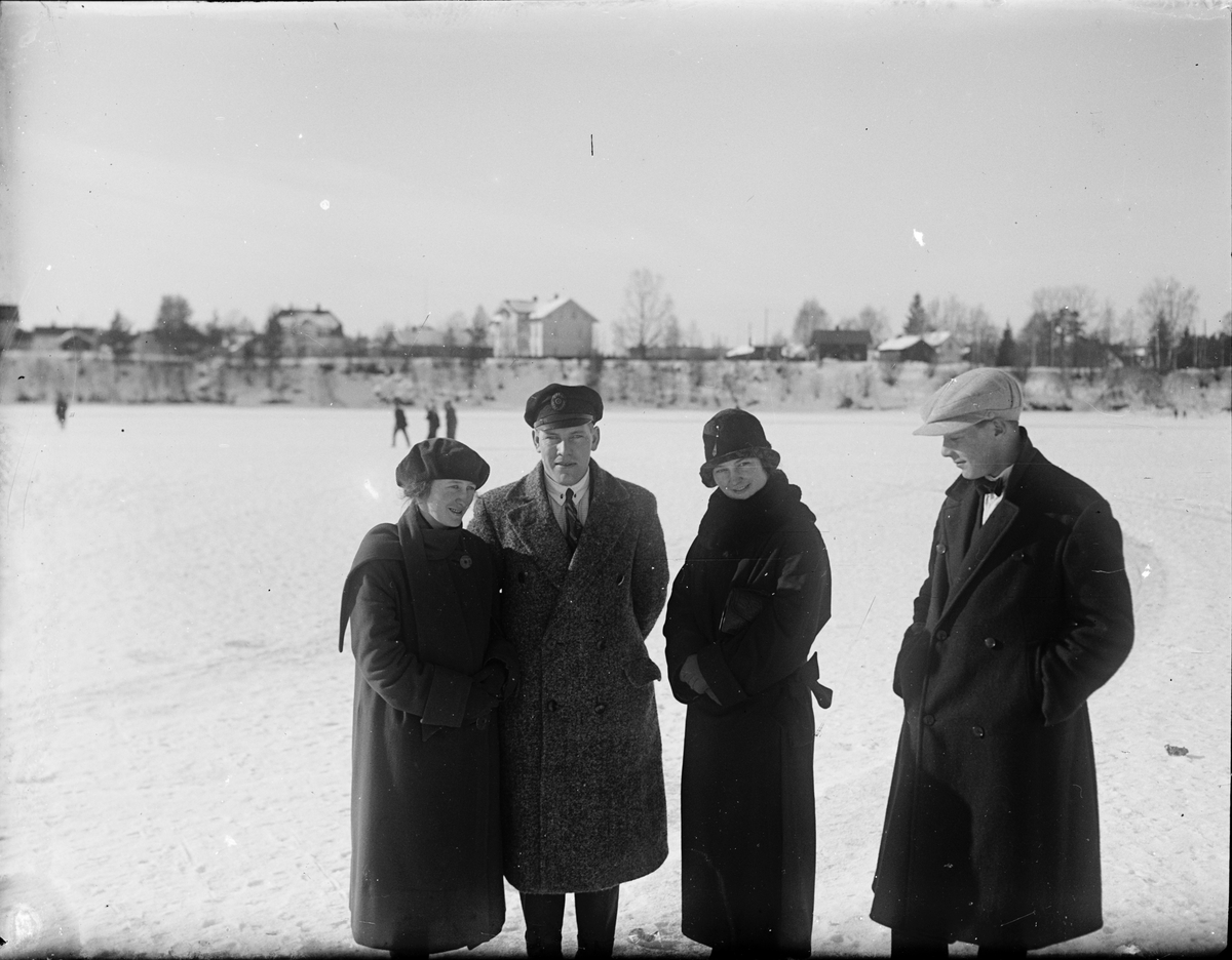 Fire mennesker på Glomma vinterstid, Elverum