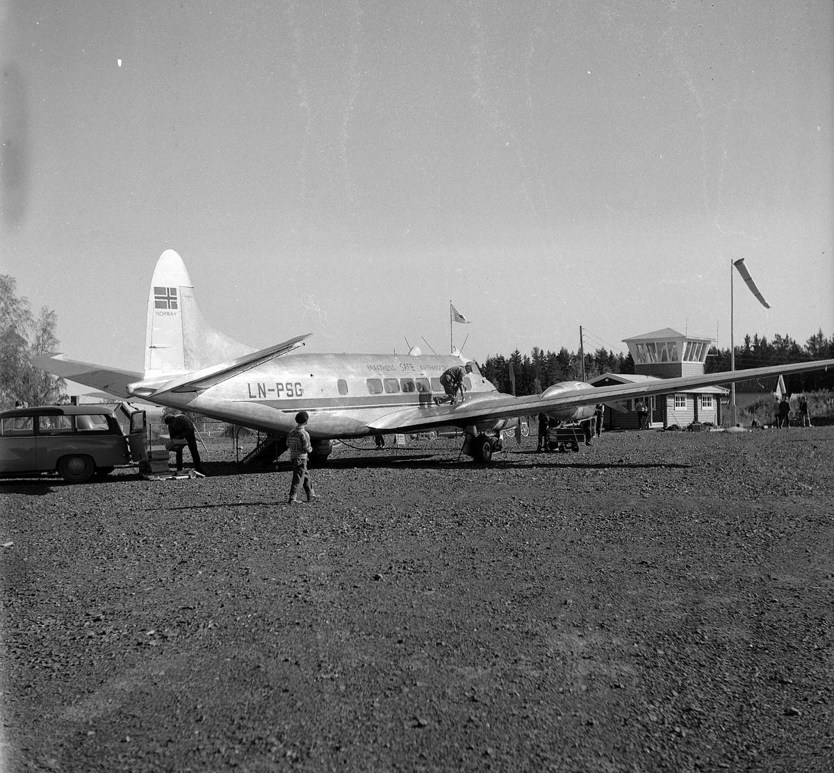 """Hamar flyplass, """"de Havilland  DH 114 Heron""""  verdens minste firemotors propellfly fra Braathens Safe Airtransport a/s, LN-PSG, """"Ola"""" Fylling av drivstoff, varelevering."""