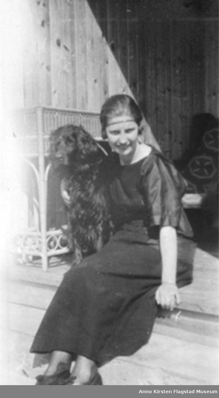 Kirsten Flagstad Hall med hunden sin i sitt hjem på Elverhøi i Drøbak, der hun bodde etter å ha giftet seg med Sigurd Hall i 1919. Kirsten Flagstad Hall with her dog in her new home at Drøbak, where she lived after having married Sigurd Hall 1919.