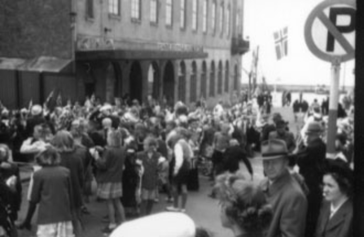 HAMAR KOMMUNE, BYJUBILEUM, 1949, SKOLEBARN, NORSKE FLAGG. UTENFOR FESTIVITETEN