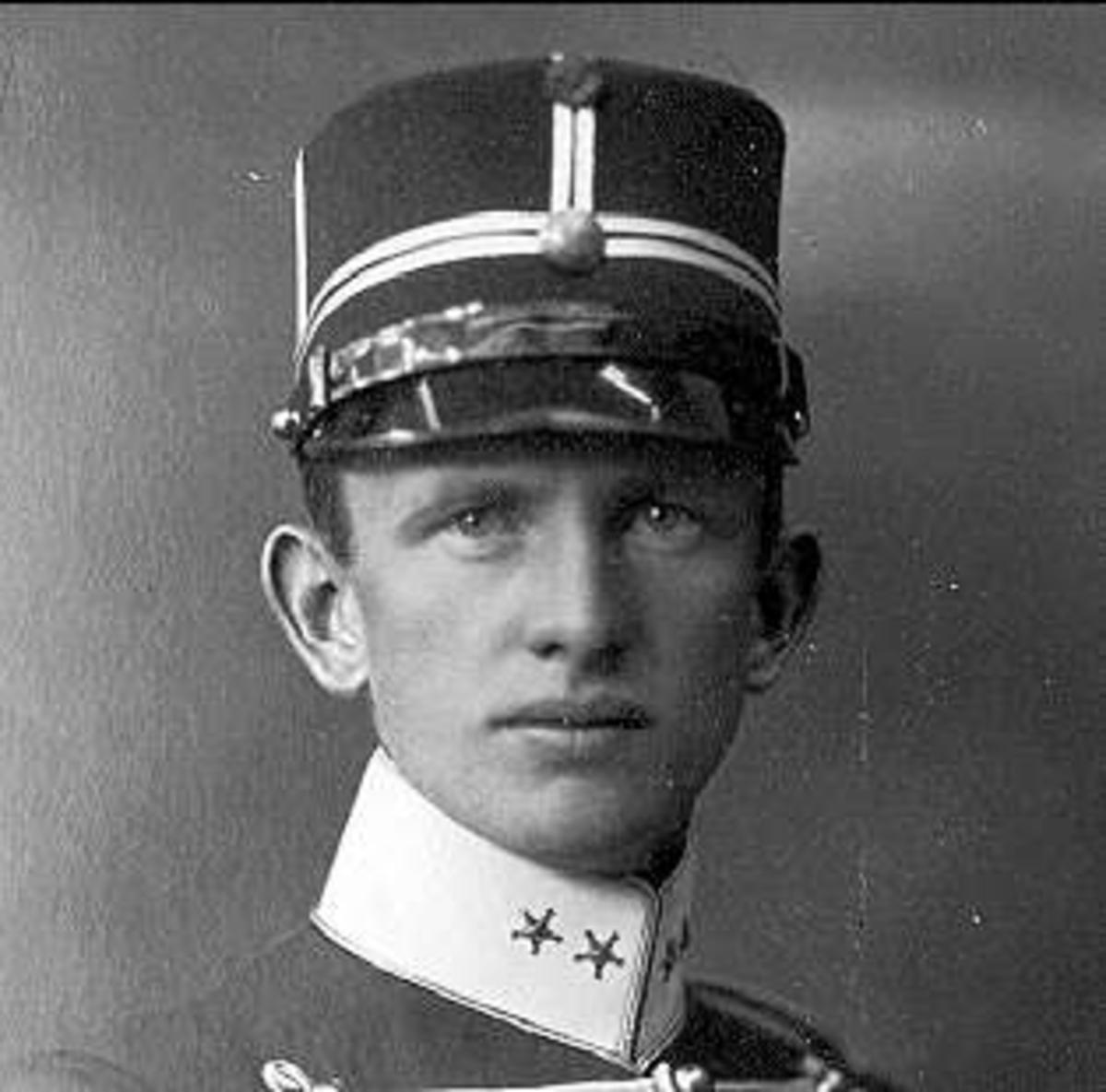 Porträtt av löjtnant Rolf Örn, en utomordentligt duktig och framgångsrik prishoppningsryttare.