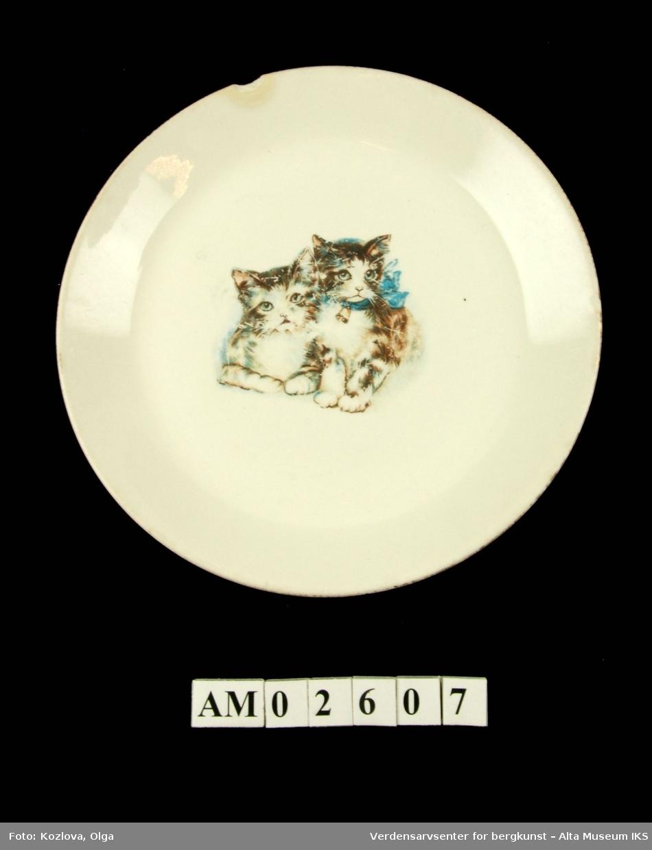 Bernetallerken dekorert med barnemotiver. Motiv: To katter, hvorav en med blå sløyfe og bjelle