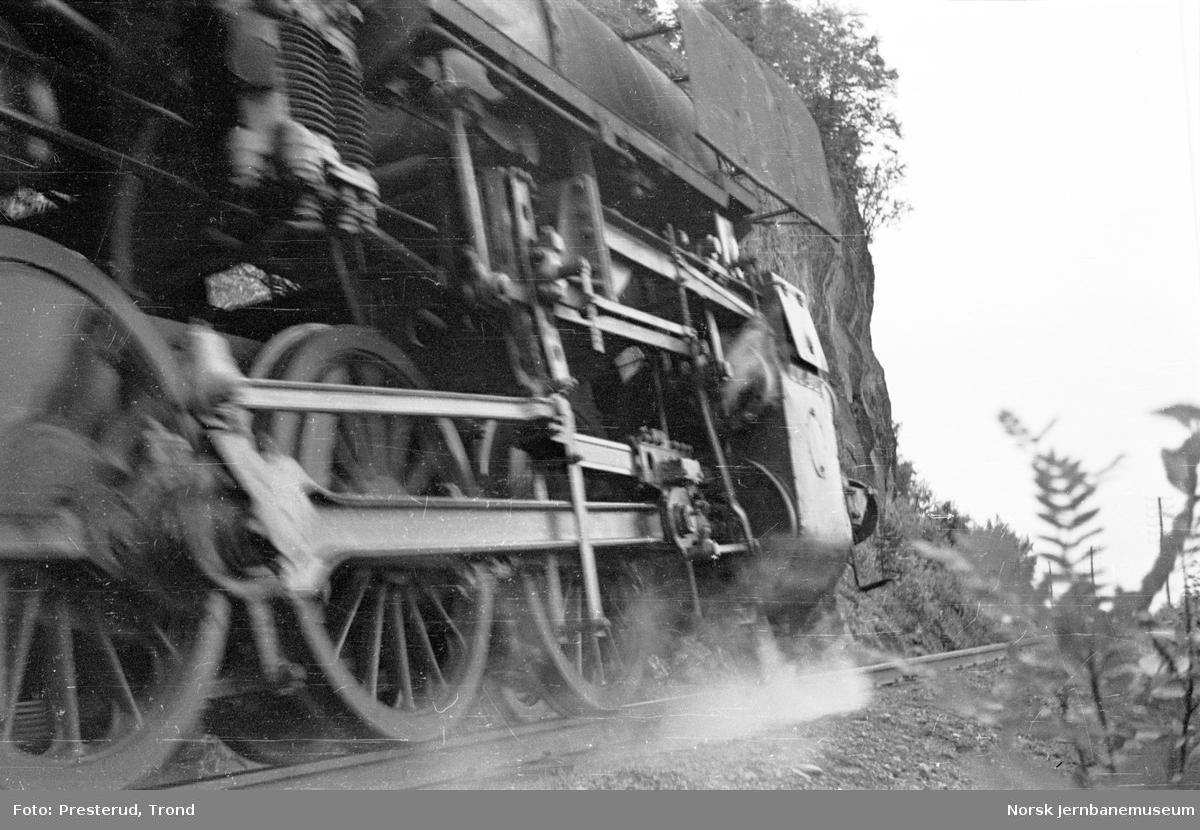 Damplokomotiv type 63a - drivverket på passerende lokomotiv