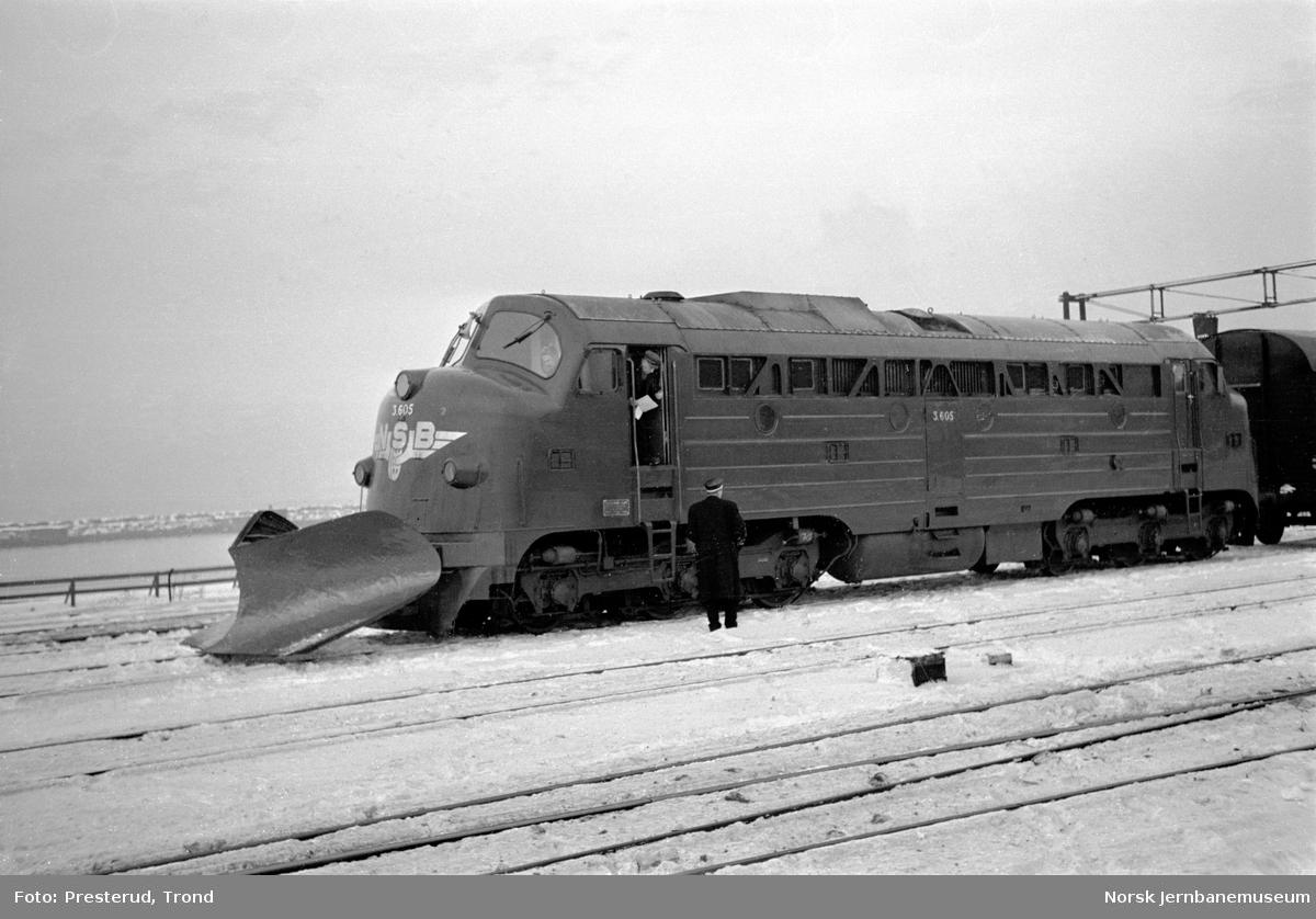 Diesellokomotiv type Di 3 nr. 605 med stor frontplog foran godstog på Trondheim stasjon