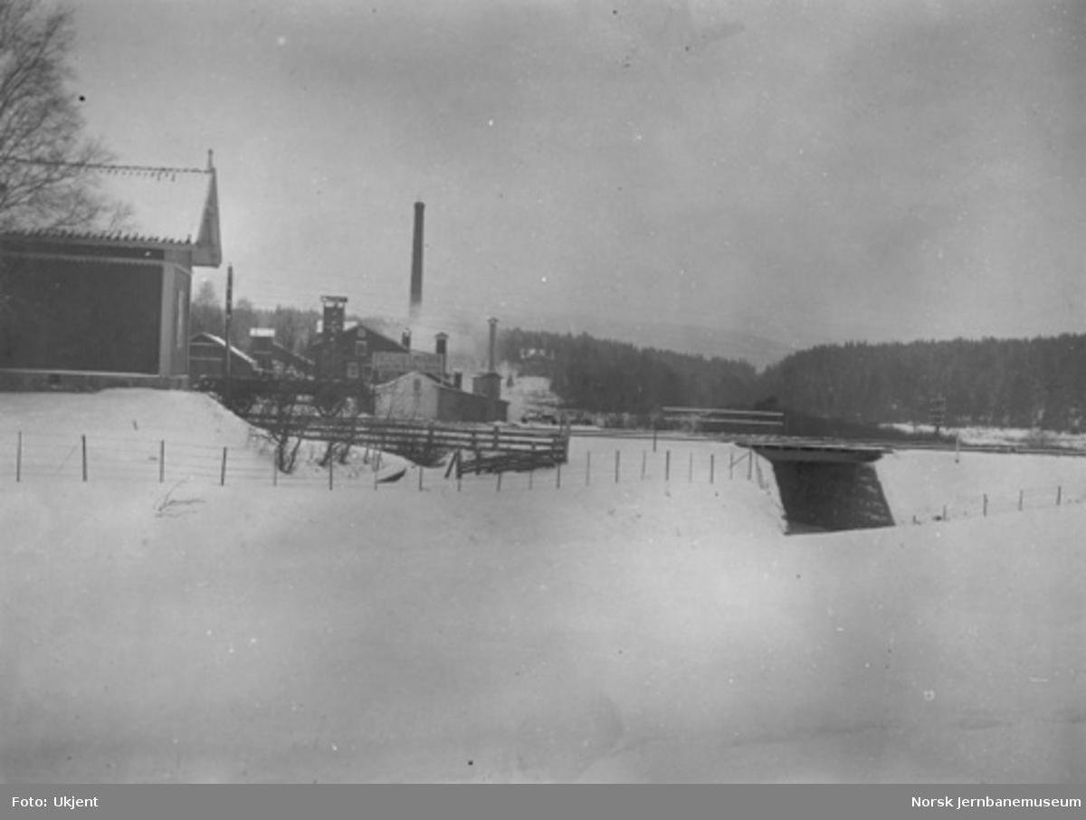 Ferdig veiundergang ved Lørenskog med Excelsior limfabrik i bakgrunnen