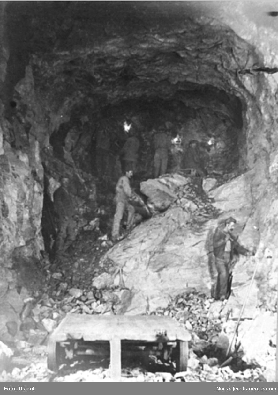 Anlegget av Gravehalsen tunnel; håndboring fra østsiden
