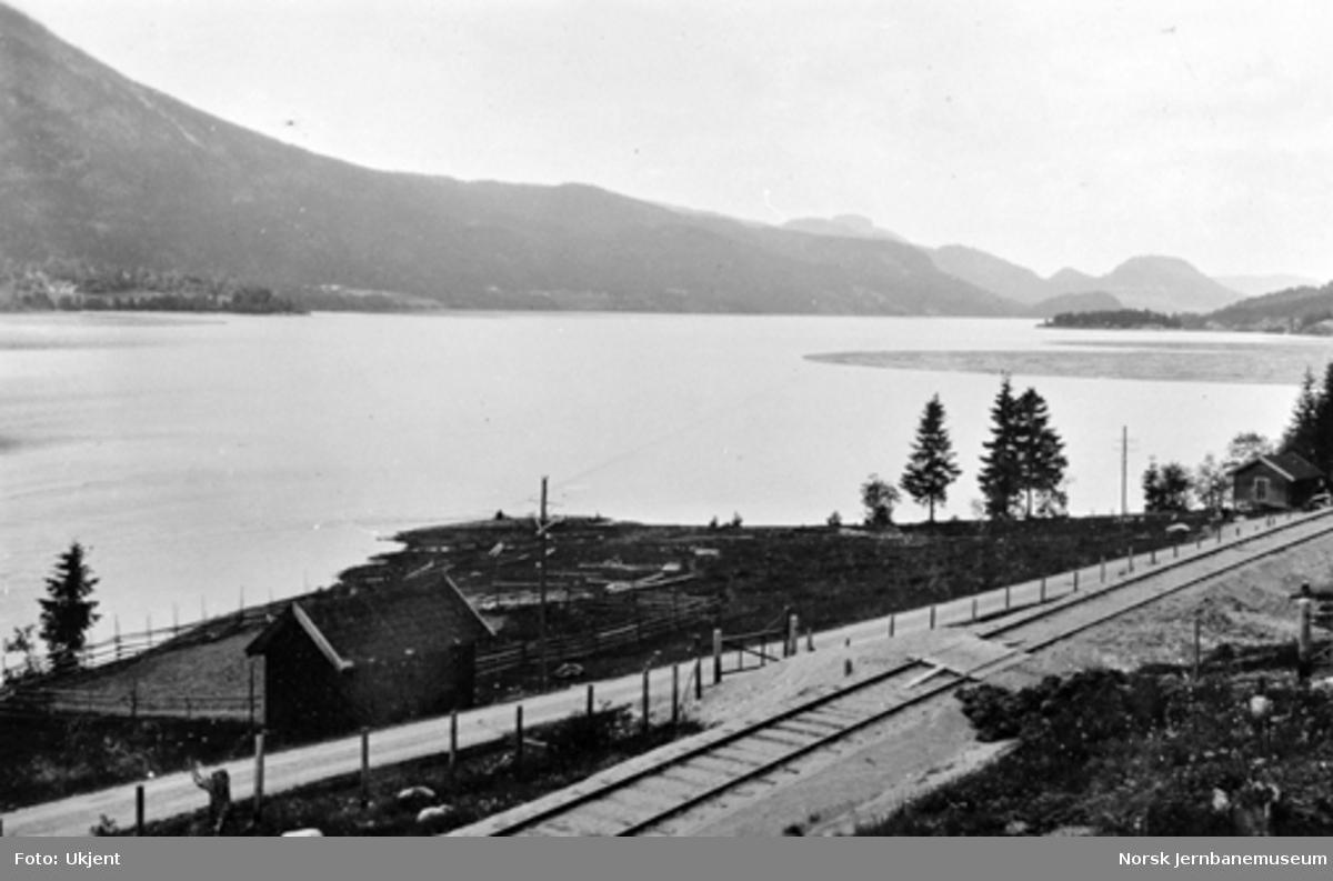 Utsikt nordover Sperillen fra Kongsstrømmen, med sporet i forgrunnen