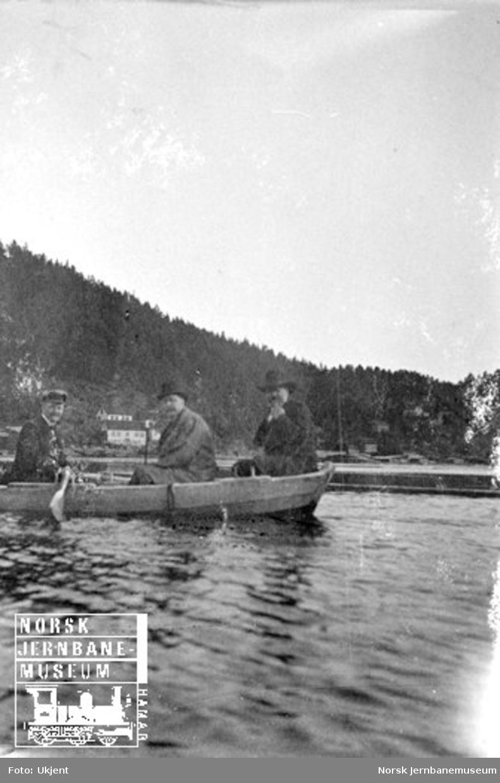 Fire menn i robåt i Arendal havn