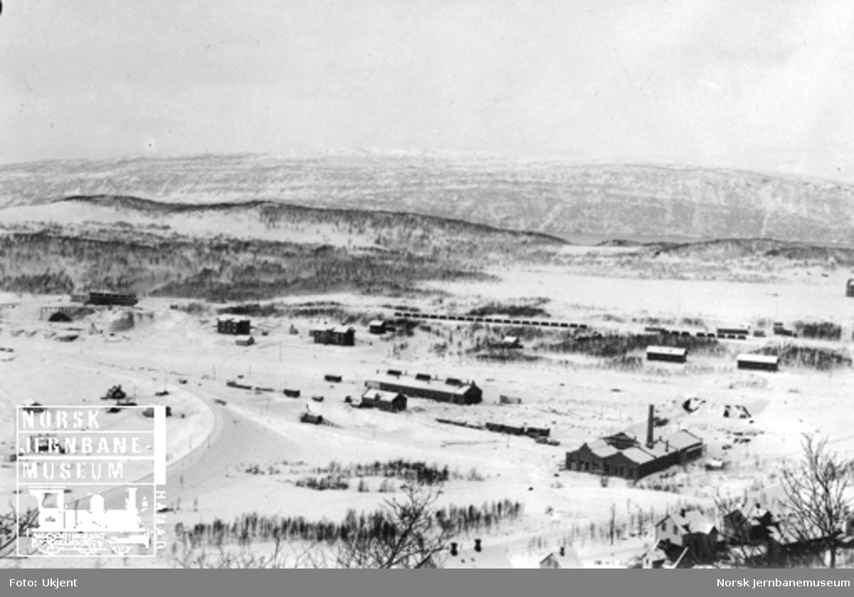 Oversiktsbilde fra Narvik med verksteds- og lokomotivstaller under oppføring
