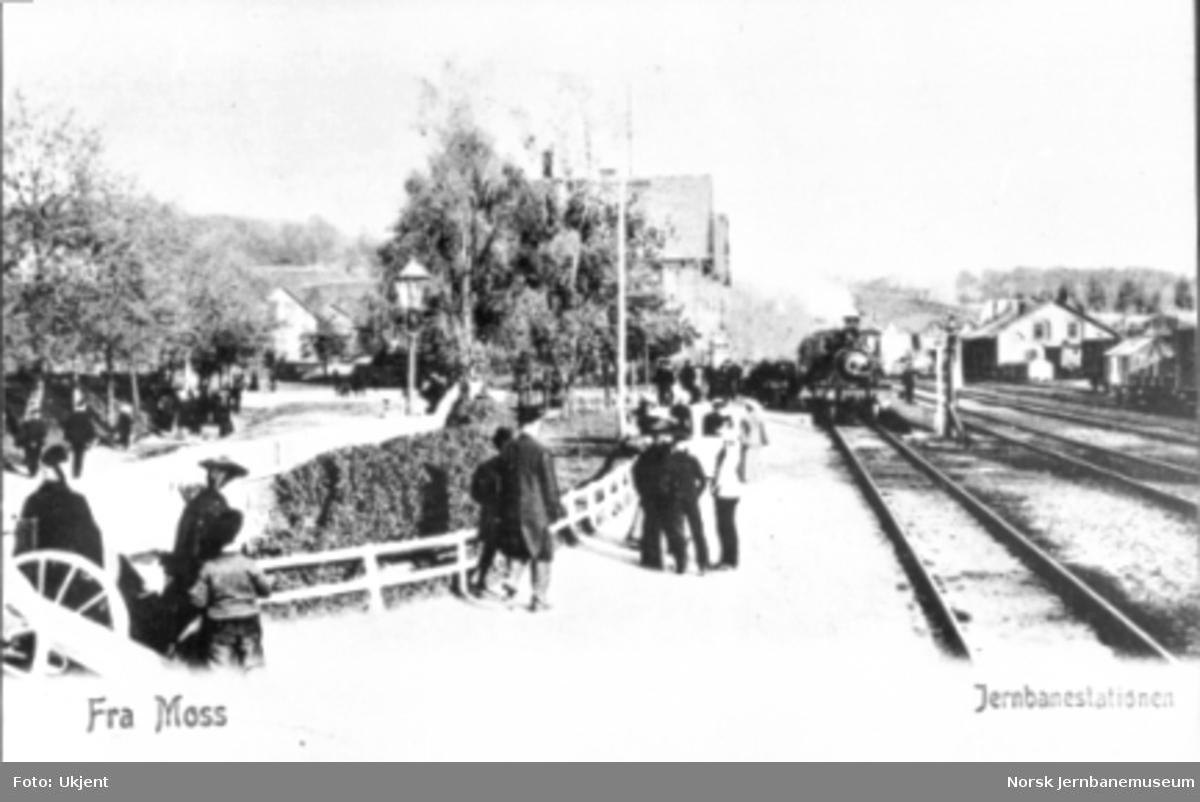 Moss stasjon med reisende og ankommende tog