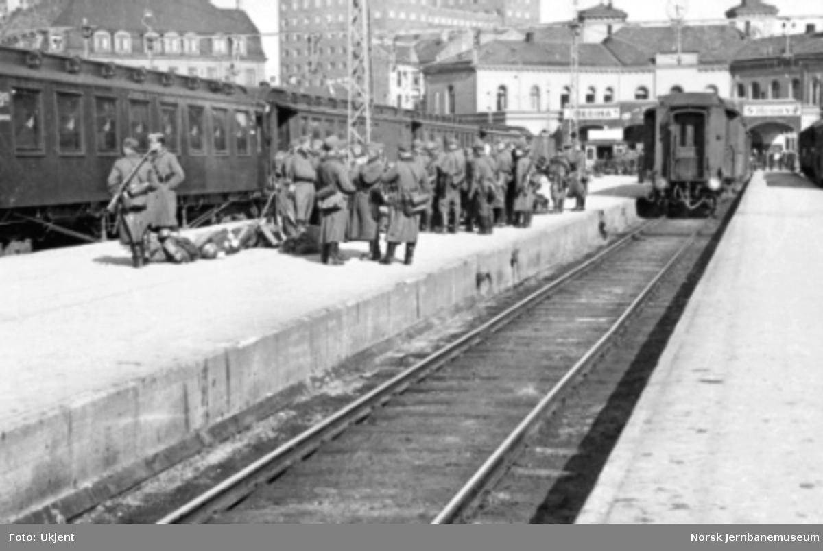Tyske militære på plattformen på Vestbanestasjonen i april 1940