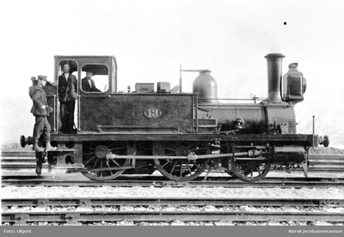Damplokomotiv type 1a nr. 13 med lokomotivpersonalet