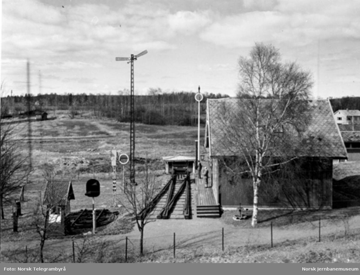 Jernbanemuseet på Disen : Kløften stasjonsbygning med spor og signaler