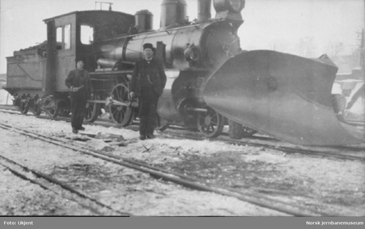 Damplokomotiv type XXIIIb nr. 47 med stor frontplog og personale på Hamar stasjon